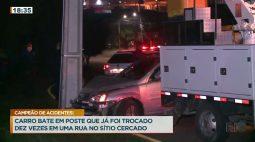 Carro bate em poste que já foi trocado dez vezes em uma rua no Sítio Cercado