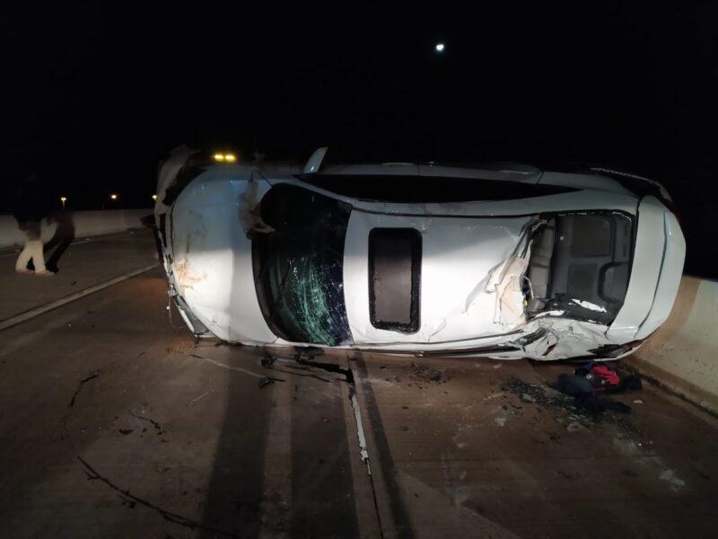 Condutor não consegue desviar de carro capotado, e causa novo acidente na BR-163