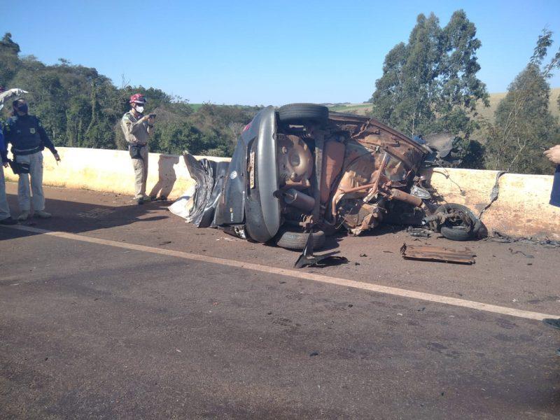 Motorista morre após colidir carro de frente com carreta na BR-163