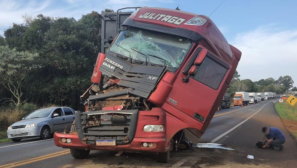 Engavetamento com quatro veículos deixa feridos na BR-277, em Cascavel