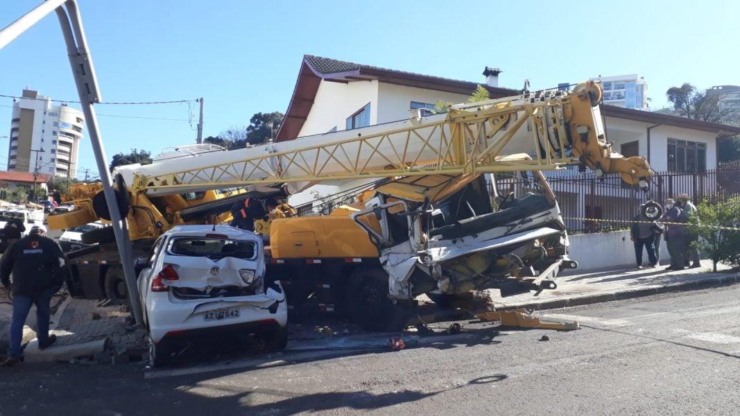 Guindaste fica sem freio, bate em carro e causa destruição no Sudoeste do Paraná