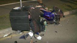 Carro na contramão atinge moto e deixa jovem casal em estado grave, em Curitiba