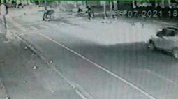 Câmeras de segurança registram acidente que deixou motociclista morto; motorista afirma que vítima furou sinal