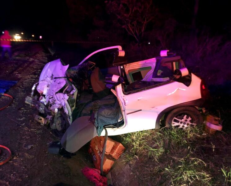 Mulher morre em colisão entre carro e caminhão na PR-463
