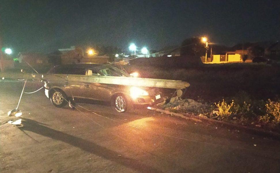 Sem CNH, motorista embriagado bate carro importado e derruba poste