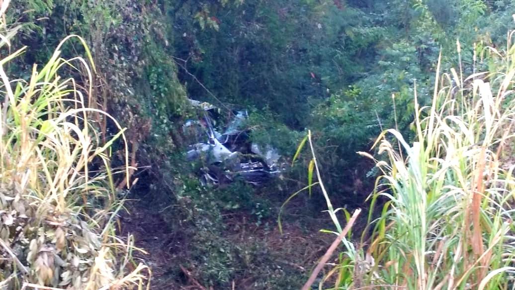 Carro com casal e criança cai em ribanceira da zona oeste de Londrina, na manhã desta quinta (8)