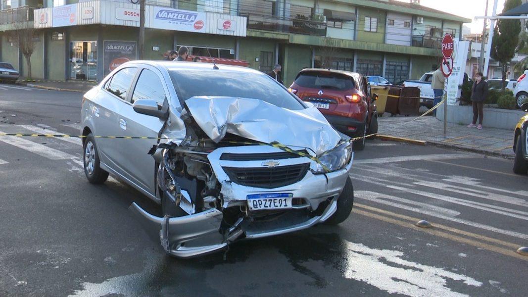 Carro para tombado em acidente entre veículos no Centro de Toledo
