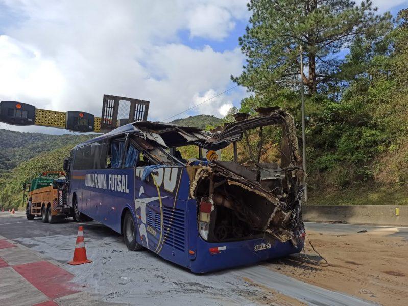 Entenda o tombamento do ônibus do Umuarama Futsal que deixou dois mortos e 22 feridos na BR-376
