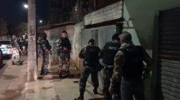 Adolescentes envolvidos com tráfico de drogas são apreendidos em operação da PM na Vila Torres