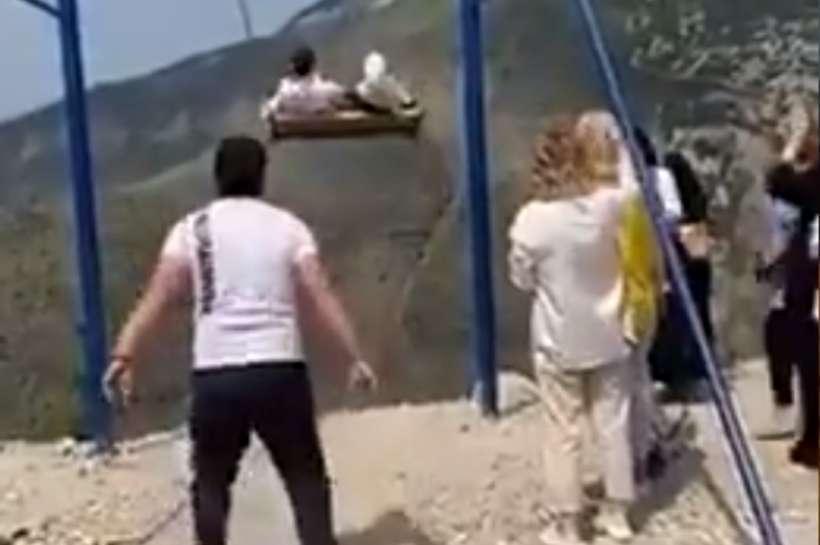 VÍDEO: Mulheres caem de balanço a quase 2 mil metros de altura e sobrevivem