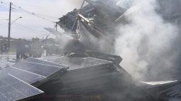 Carreta que carregava placas solares pega fogo na PR-317, em Maringá