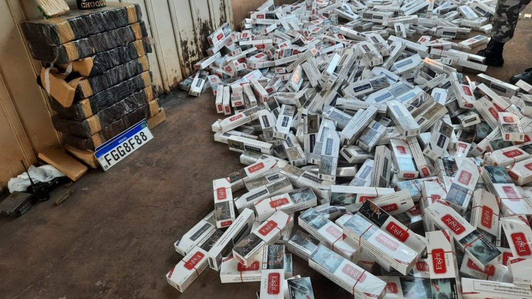 Casal do crime é preso com carros furtados, 20 mil maços de cigarros, maconha e cocaína