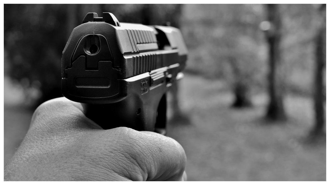 Homem aponta arma para guardas municipais e é baleado, em Cascavel