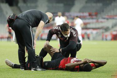Matheus Babi lesiona o ligamento do joelho direito, e desfalcará o Athletico de 6 a 8 meses