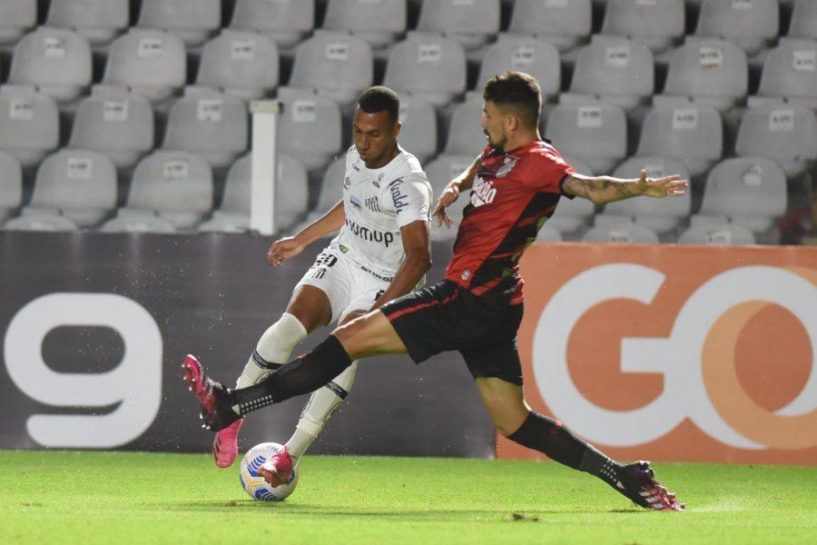 Athletico faz partida sem brilho e perde para o Santos por 2 a 1