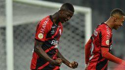 Com dois gols no início, Athletico bate o Fortaleza e dorme na liderança