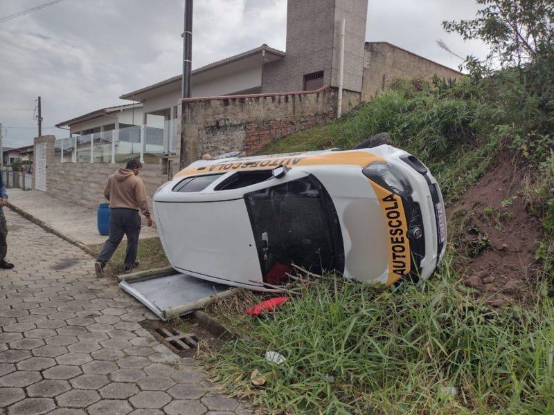 Mulher capota o carro de autoescola após ficar nervosa em prova da baliza