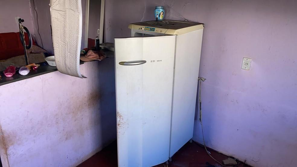 Criança sobrevive a incêndio após se esconder dentro de geladeira