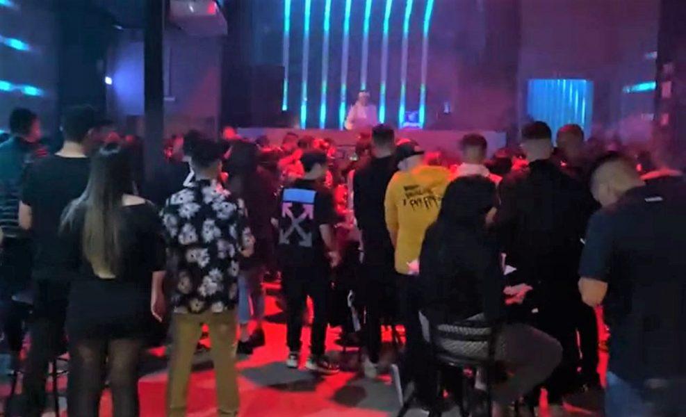 Polícia dispersa aglomeração em bar e encerra balada eletrônica com 170 pessoas em Curitiba
