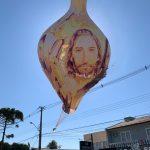 Balão gigante cai em mercado e incêndio mobiliza bombeiros; assista o momento da queda