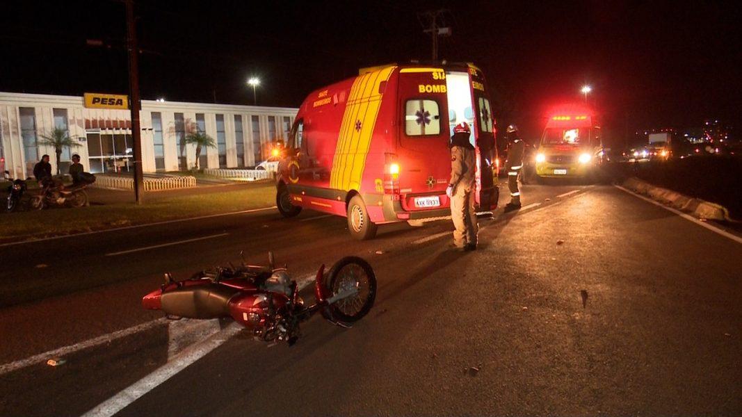 Motociclistas batem de frente na marginal da BR-277, em Cascavel