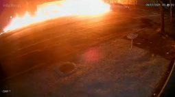 Impressionante: câmeras flagram explosão e carro arrastando moto por mais de 80m; motociclista morreu