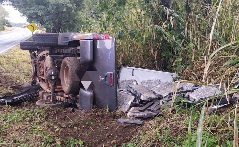 Caminhonete com mais de 1 tonelada de maconha tomba após fugir da polícia em Campo Mourão