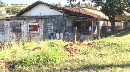 Família que morava em capela mortuária de Londrina ganha novo lar temporário