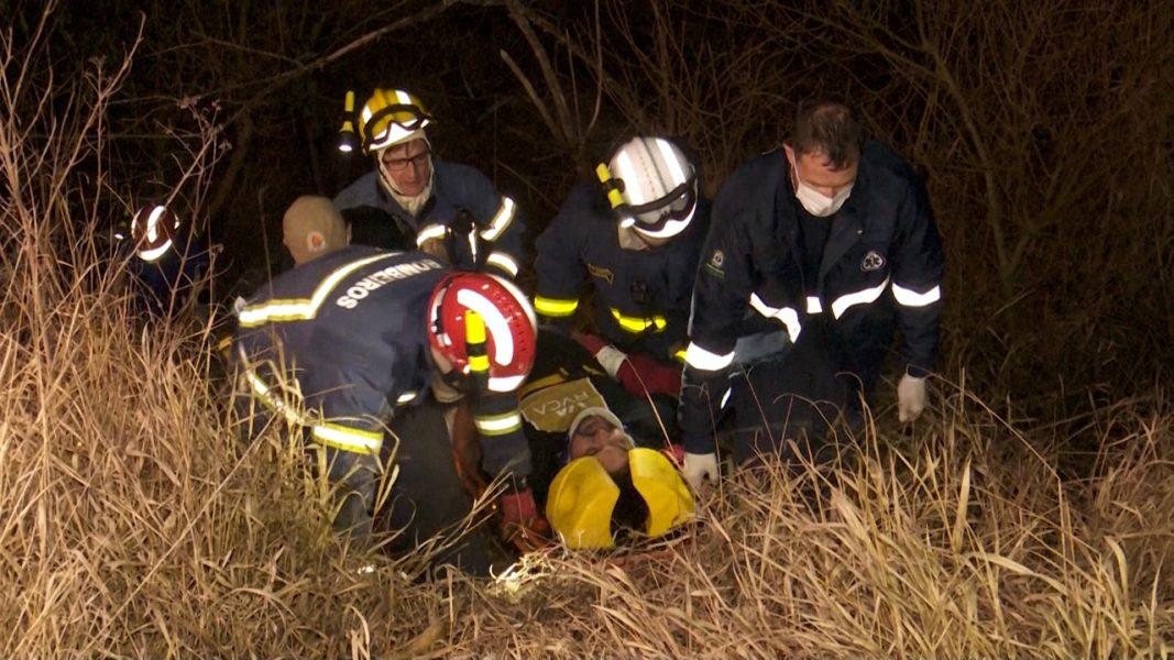 Homem fica em estado grave ao capotar veículo, após atropelar capivaras na BR-467