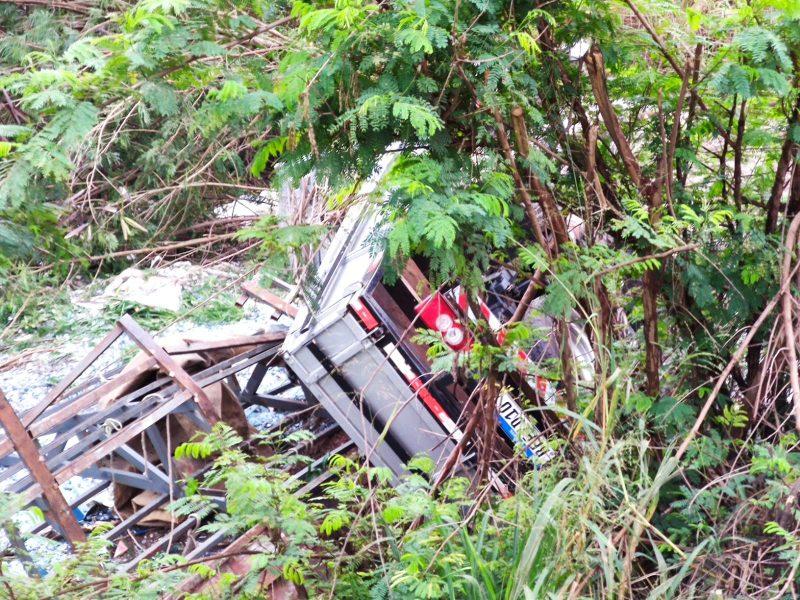 Motorista de caminhão carregado de vidro sofre acidente na BR-163