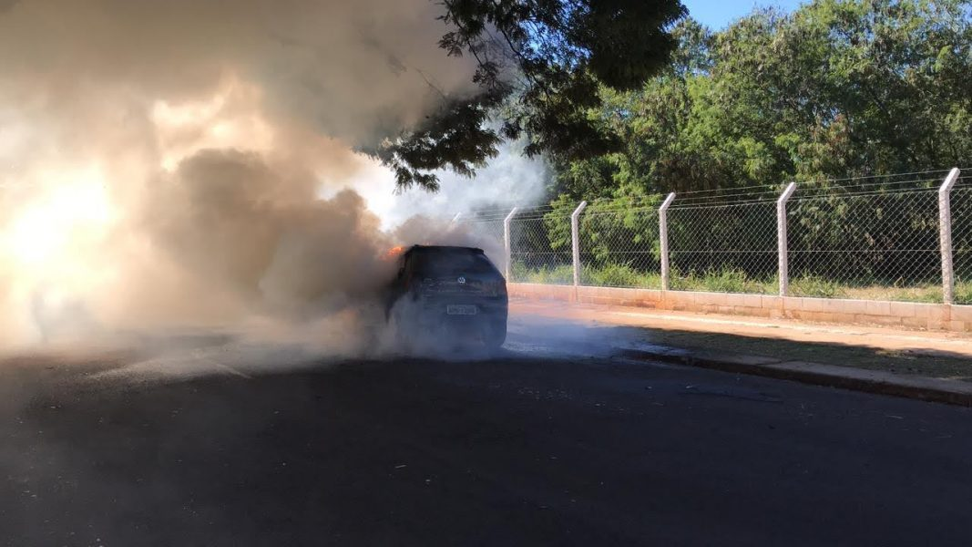 Carro pega fogo no meio da rua em Maringá; assista ao vídeo