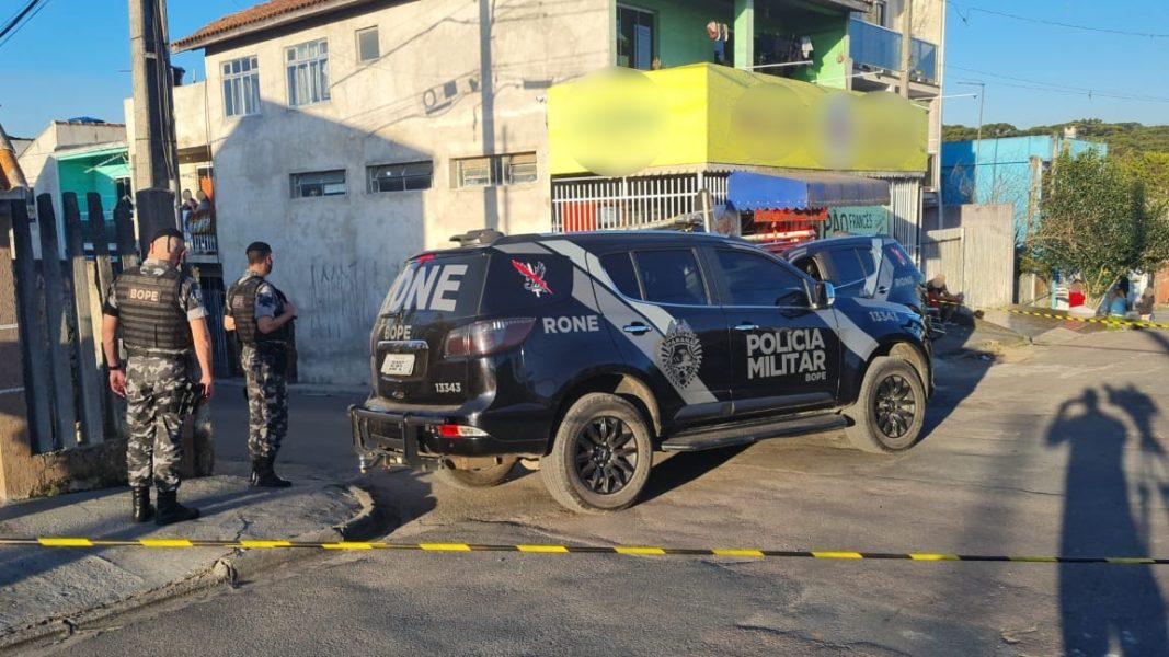 Criminosos morrem em confronto após perseguição em Curitiba; carro era roubado