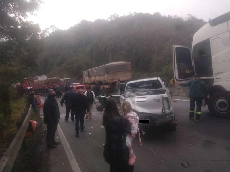 Uma hora após acidente com ônibus do Umuarama Futsal, engavetamento deixa sete feridos na BR-376