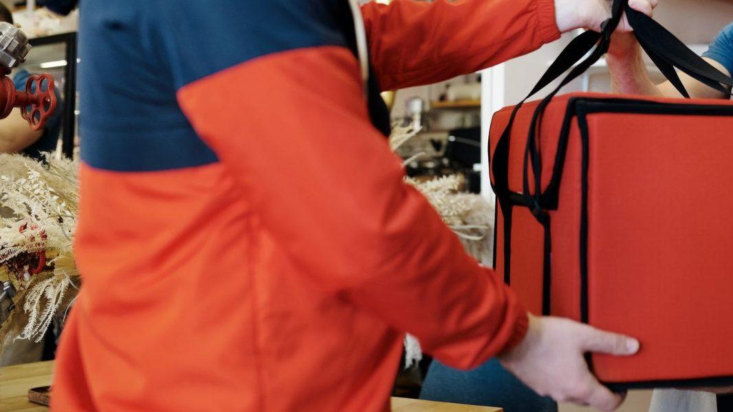 Entregador tem bolsa, refrigerante e lanches roubados durante o trabalho