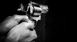 Policial aposentado atira contra homem que passeava com cachorro, em Curitiba