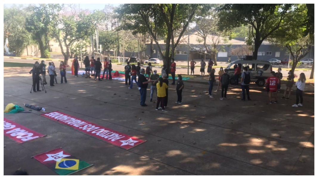 Fora Bolsonaro: Em foz do Iguaçu grupo de pessoas se reuniu na Praça da Paz