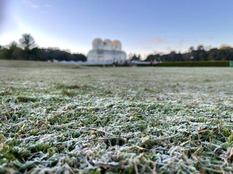 Previsão é de mínima de 2ºC em Curitiba nesta segunda-feira (19); semana deve ser de frio intenso no Paraná