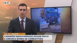 Caminhão desgovernado invade posto e arranca bomba de combustíveis