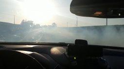 Com dispositivo de fumaça em carro, condutor tenta despistar PRF na BR-277