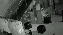 Câmera flagra homem levando bicicleta e produtos de academia em Maringá; assista