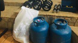 Dupla invade Secretaria de Esportes de Arapongas para furtar halteres e botijão de gás