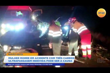 Mulher morre em acidente com três carros e ultrapassagem indevida pode ser a causa
