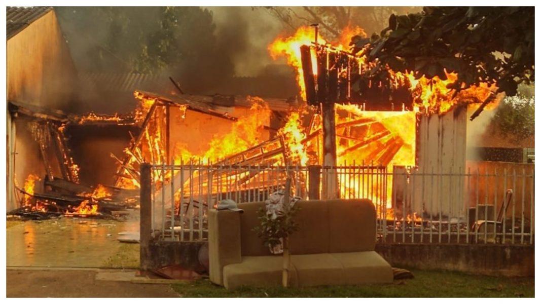 Casa fica destruída em incêndio e família de Cafelândia perde tudo