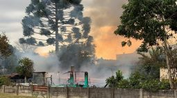 Incêndio destrói casa e mobiliza bombeiros no bairro Santa Felicidade, em Curitiba; veja o vídeo