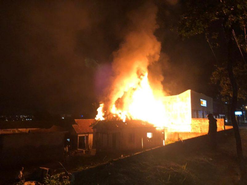 Num intervalo de 15 horas, Londrina registra cinco incêndios em casas e vegetação
