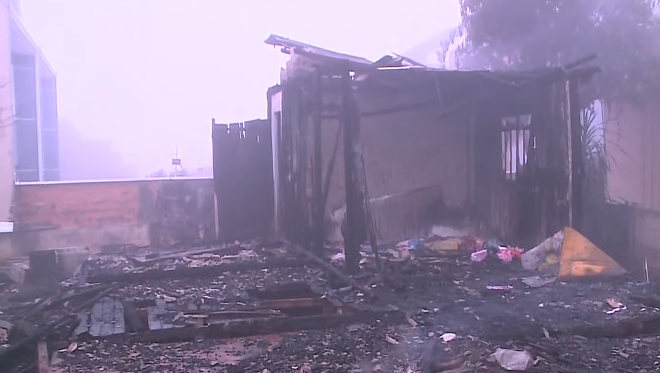 Casa fica destruída em incêndio no bairro Santa Felicidade; família perdeu tudo