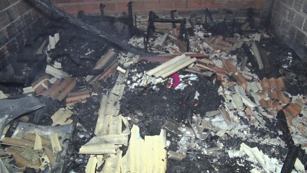 Casa da zona norte de Londrina pega fogo enquanto morador dormia e fica destruída
