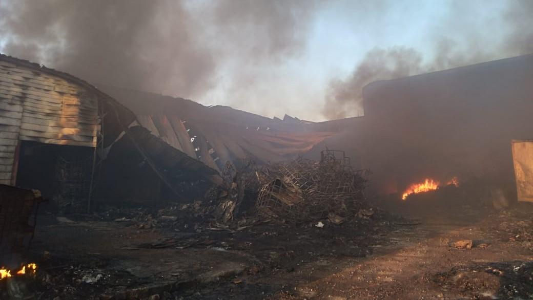 Barracão da zona norte de Londrina continua pegando fogo, na manhã desta segunda (12)