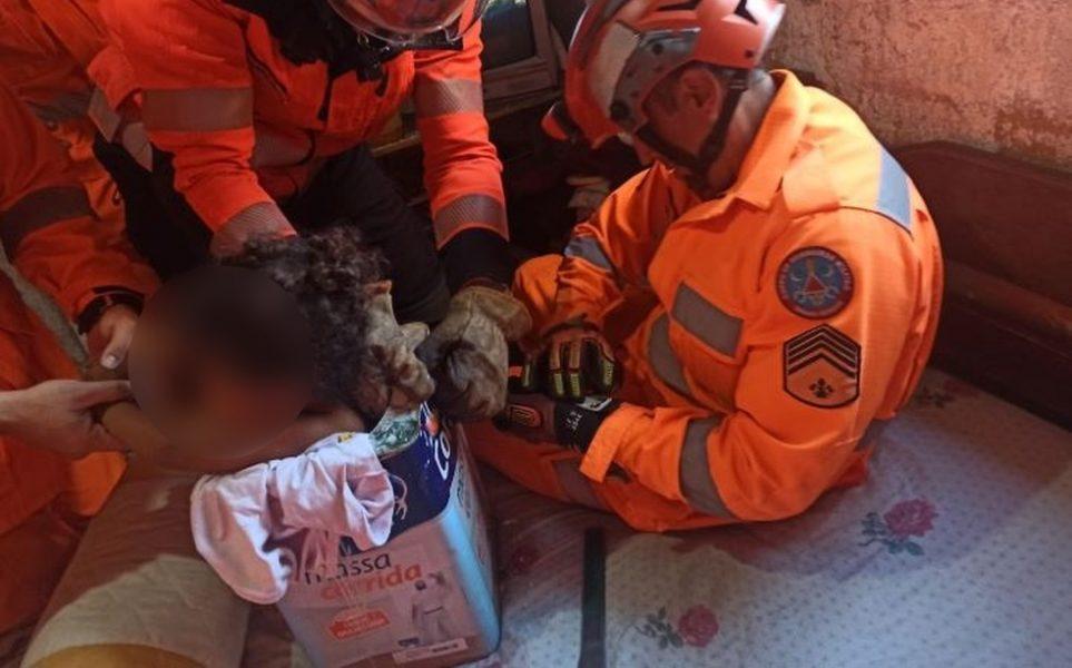 Menina de 3 anos fica presa dentro de lata de tinta