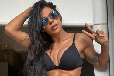 Ex-Miss Bumbum faz tatuagem anal em homenagem a Messi